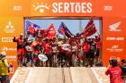 Campeões da Honda Racing cruzam a rampa de chegada do Sertões 2021