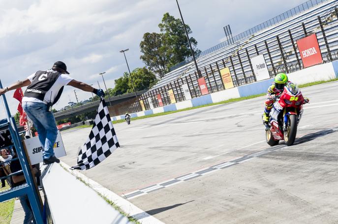 Eric Granado conquista vitória na sexta etapa do SuperBike Brasil
