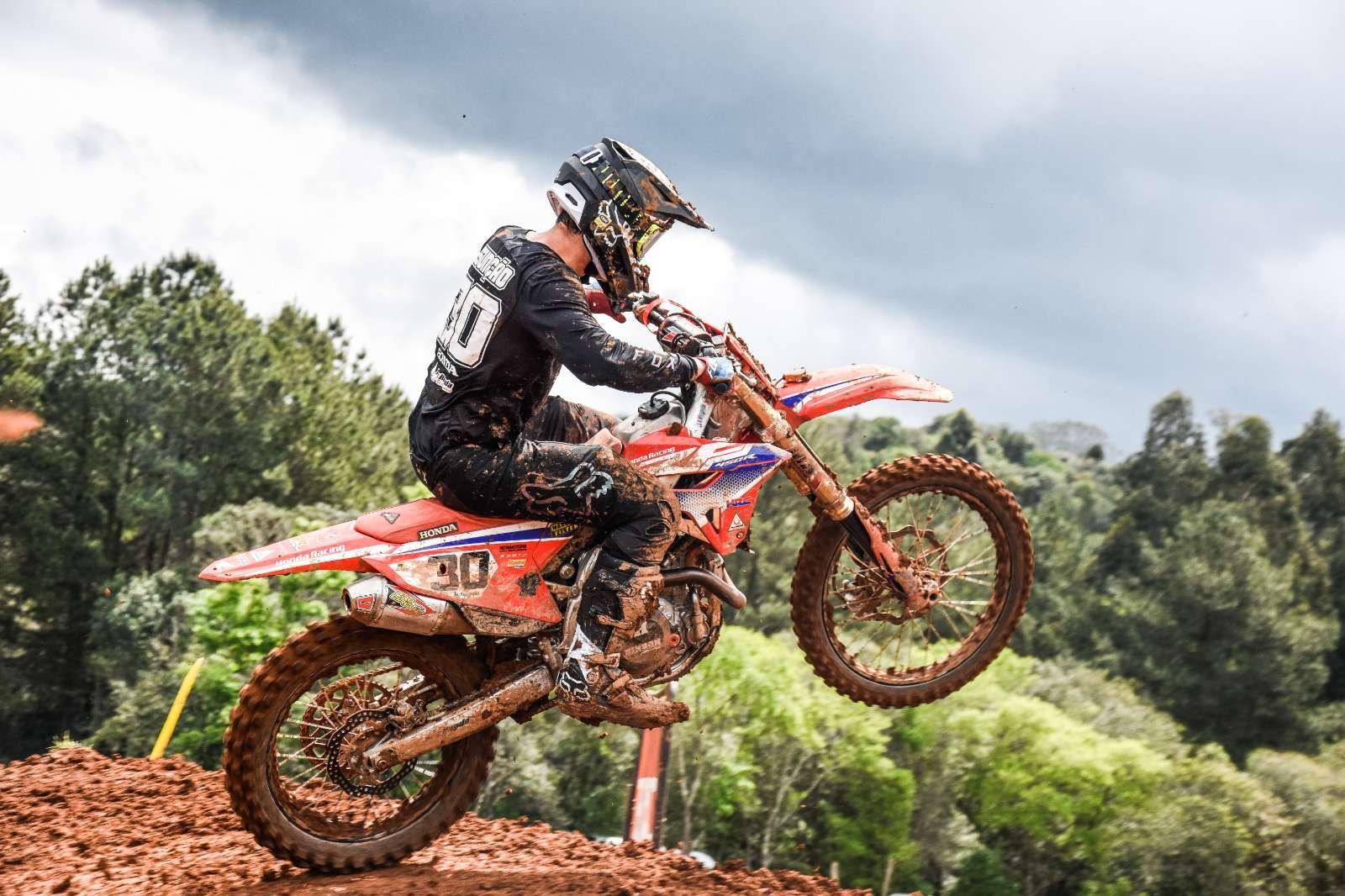 Hector Assunção fecha terceira etapa do Brasileiro de Motocross com vitória